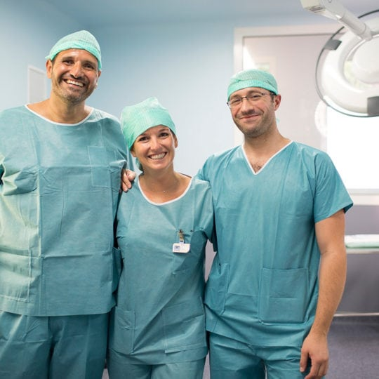 Dr-HELIX-avec-le-Dr-Grillo-et-Jean-François-infirmier-anesthesiste