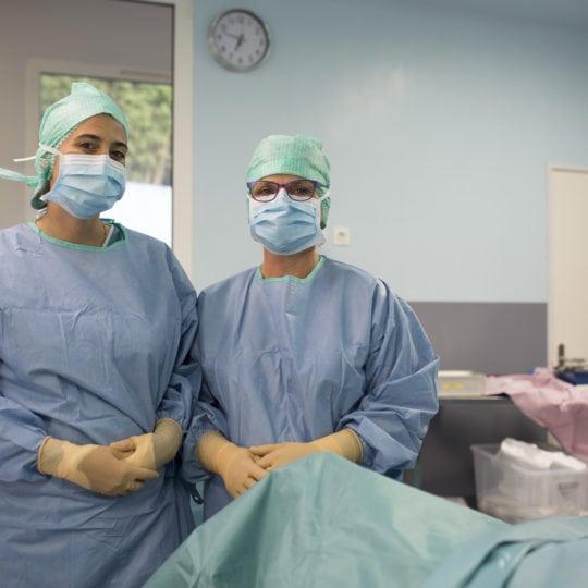 Dr-solenne-Frey-Ollivier-et-son-infirmiere bloc-operatoire-Florence